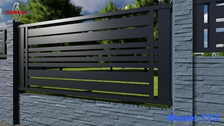 przęsło ogrodzenia metalowego wpasowane nad płytą betonową panele poziome szerokie środkiem czery waskie